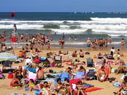 Un dia de playa con bandera roja