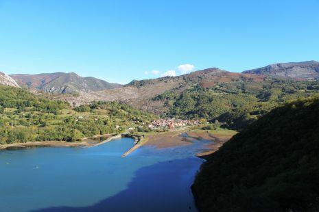 Pantano y pueblo de Rioseco (Sobrescobio)