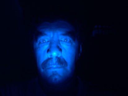 hombre azul