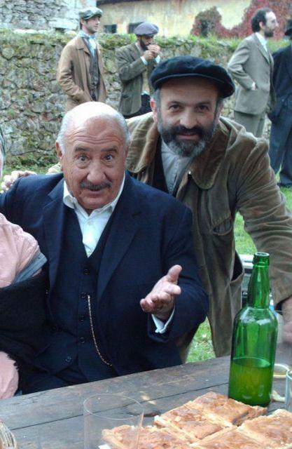 Alfredo Landa con un actor secundario en la pelicula Luz de Domingo