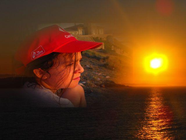 mirando una puesta de sol en el faro de Avilés