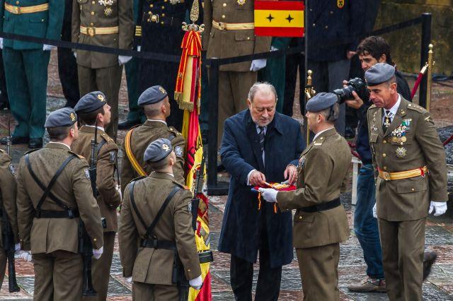 Gabino de lorenzo se prepara para imponer la Corbata de la Orden de Isabel la Catolica a la Bandera del Regoimiento Principe Numero 3. Plaza de la Catedral. 15 de Noviembre de 2013.