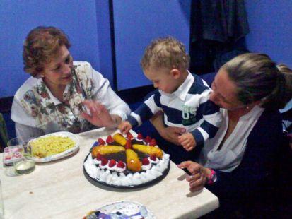 Marcos apagando la tarta