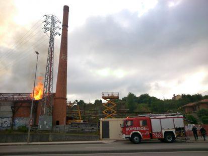 Fuego en fábrica en ruinas