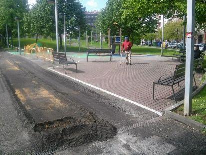 Carril bici por parque zona juegos niños pequeños.