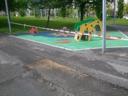 Carril vici entre parque juegos niños