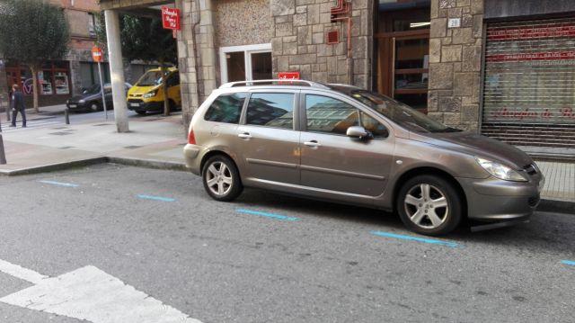 Ocupando varias plazas de estacionamiento
